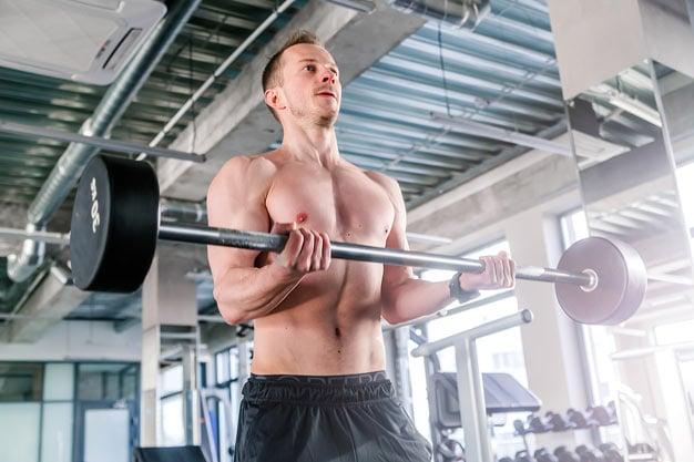 rosca bíceps direta em pé com barra