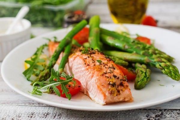 salmão e vegetais