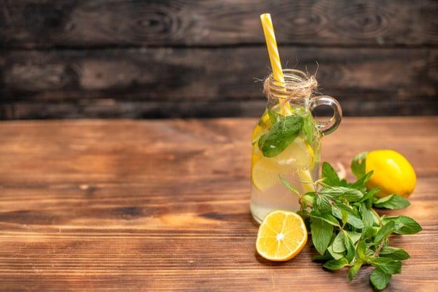 garrafa de água com limão