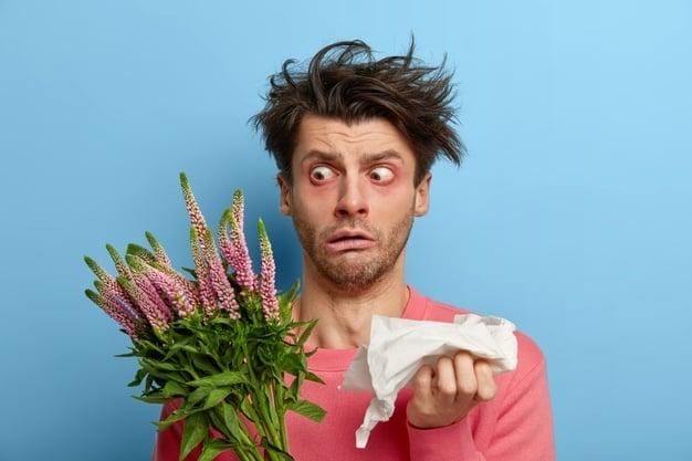 homem com alergia