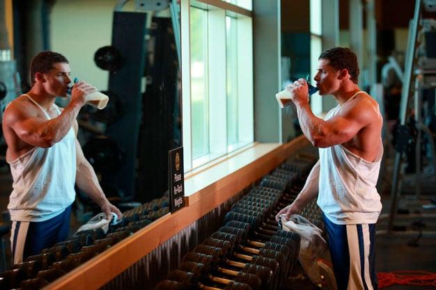 homem na academia tomando shake
