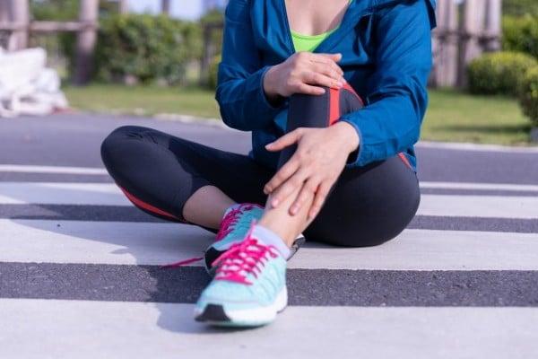mulher com perna machucada