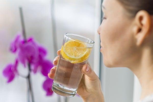 Mulher com água de limão