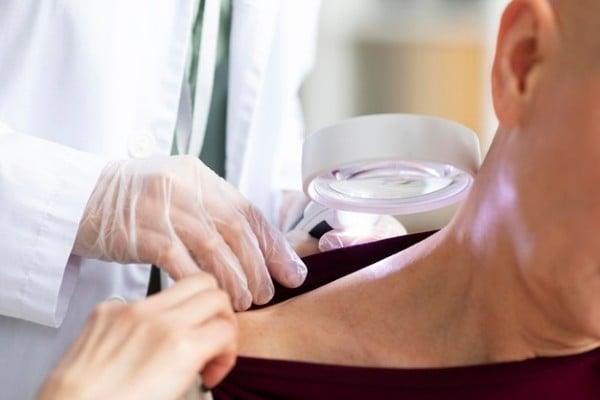 dermatologista avaliando paciente