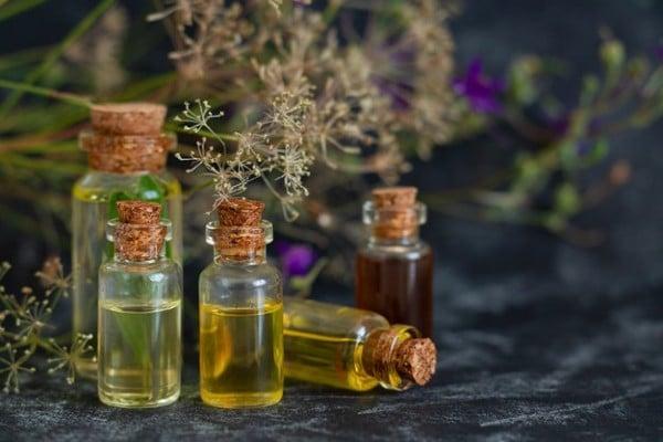 frascos com óleos essenciais