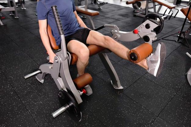 homem malhando pernas