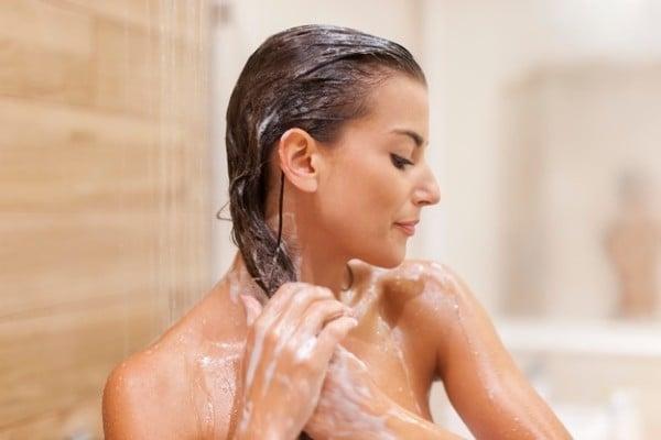 mulher lavando cabelo