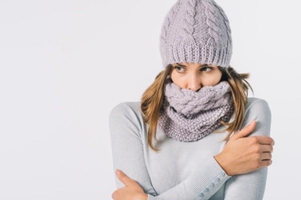 moça com muito frio