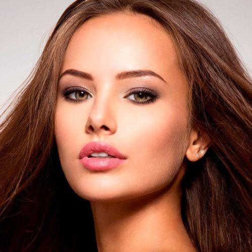 mulher bonita cabelo tratado pele selagem capilar