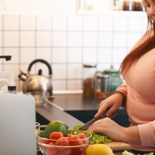 mulher obesa cozinhando