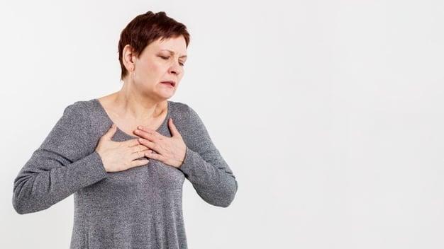 Mulher tendo ataque cardíaco