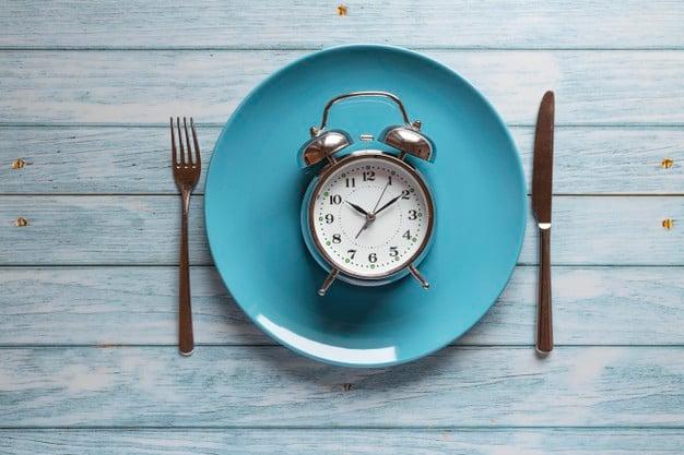 prato com relógio indicando jejum