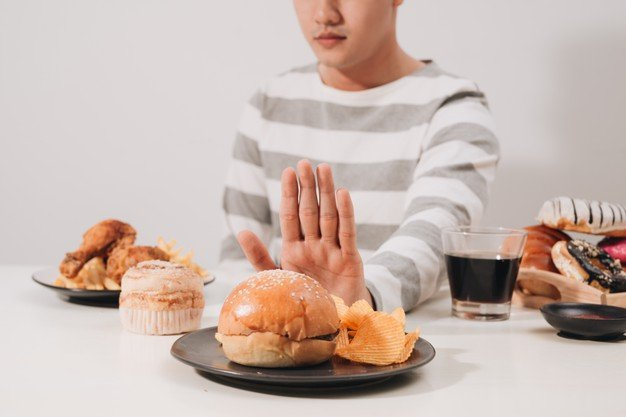 comidas gordurosas e ricas em carboidrato aumentam os níveis de triglicerídeos