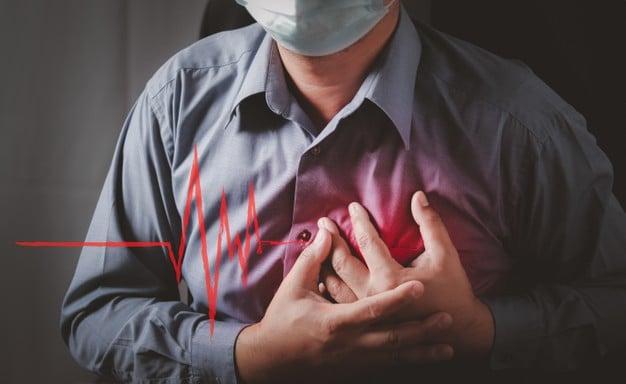 homem tendo ataque do coração